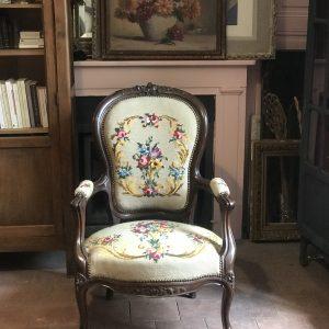 Fauteuil ancien de style Louis XVI en tapisserie