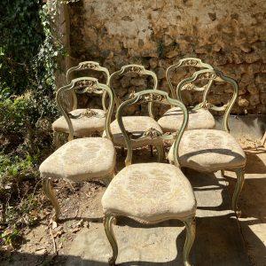 Série de six chaises anciennes patinées